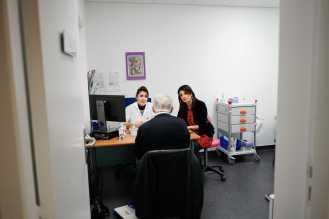 Céline Cardoso, patiente partenaire à l'Institut régional du cancer de Montpellier. Nous avons eu le privilège d'assister à la Consultation,avecCéline Cardoso etLaurence Capelli infirmière,d'Alain Gayrard atteint d'uncancerde l'oesophage,à l'Institut régional du cancer de Montpellier.À Montpellier le 7 février 2018.